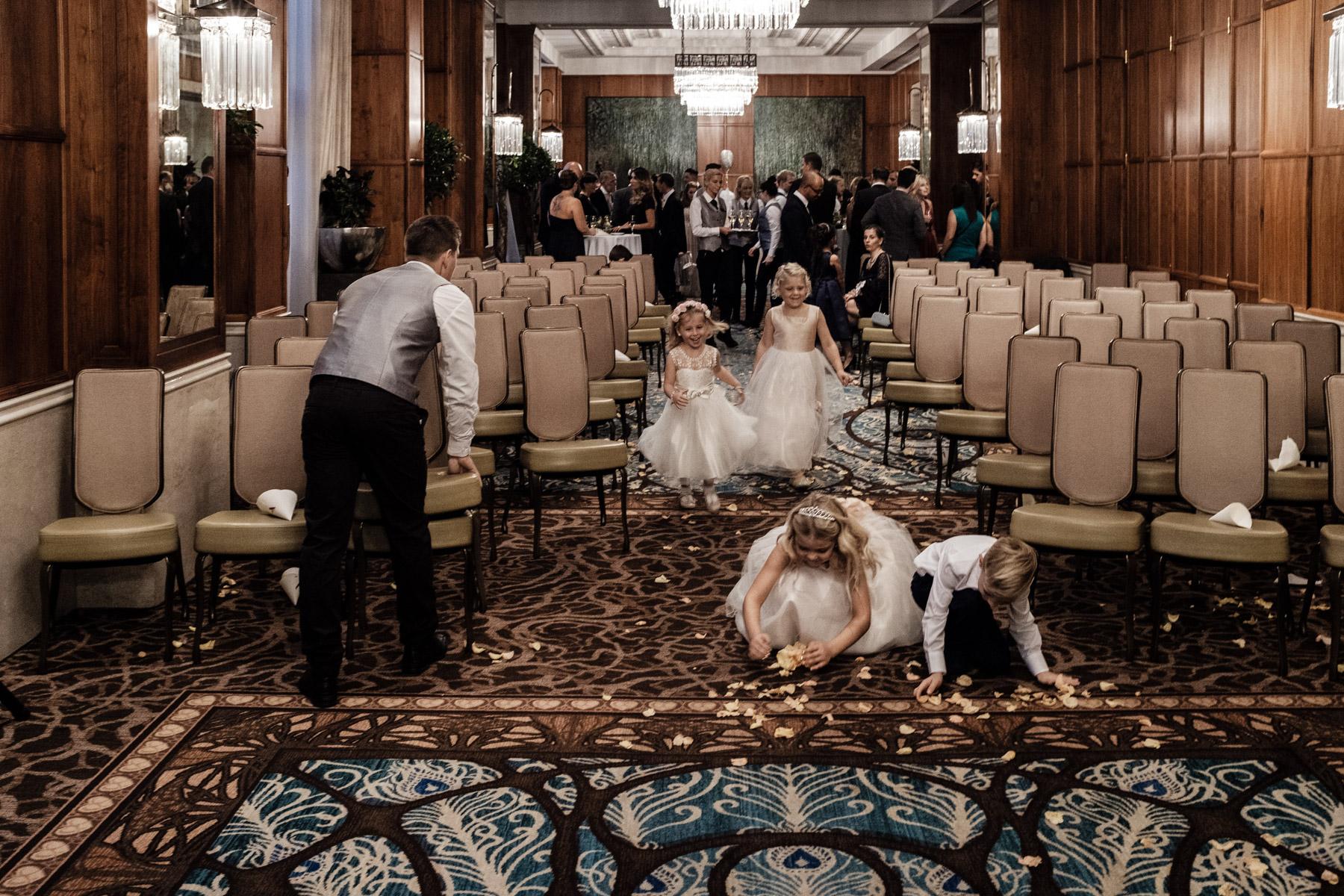 MartinLiebl_Kein_Hochzeitsfotograf_No_Wedding_Photographer_Budapest_Gresham_Palace_052.jpg