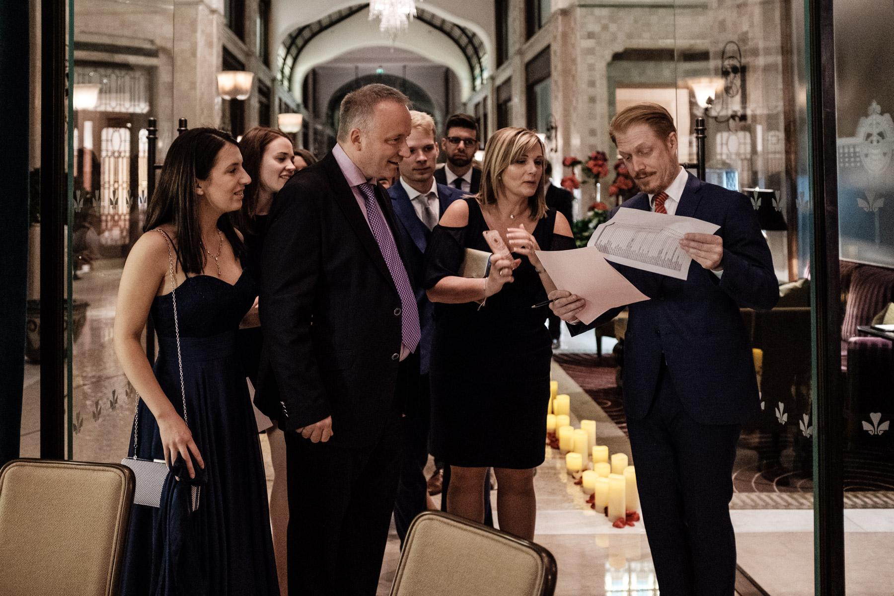 MartinLiebl_Kein_Hochzeitsfotograf_No_Wedding_Photographer_Budapest_Gresham_Palace_055.jpg