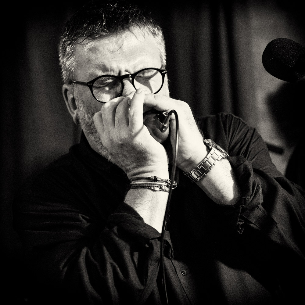 CHRIS BENNETT -  Vocals, harmonica    Chris has been fronting bands on the Bristol music scene since the early 90s. Bands include Fatman Swings - a 9 piece jump-jive, swing band playing throughout the country, (including the infamous 100 Club in London) France and Holland and supporting the likes of The Wurzels and Dannii Minogue. Next came Mastergroove - a 5 piece funk/blues band who supported Geno Washington, The Freddie Stobbart Blues Band, covers band Vehicle and Slapface & the Hoagies - a 5 piece Americana band as well as depping for various other bands.