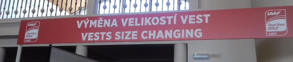 My translation: Change your gilet size  Vest (US English) = waistcoat (UK English) and this was more of a sporty gilet for running.