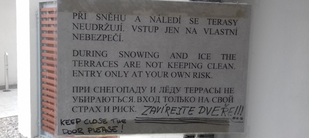 My translation: The terraces are not maintained when it snows or is icy. Enter at your own risk.
