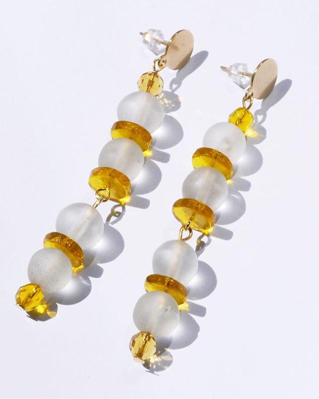 💛QUELQUES PAIRES BACK IN STOCK 💛 Nous nous sommes associées avec @sisijoia pour vous proposer des boucles d'oreilles en édition très limitée en perles de verre vintage. Elles sont peu, elles sont précieuses et elles sont en ligne ce sur notre site 💛