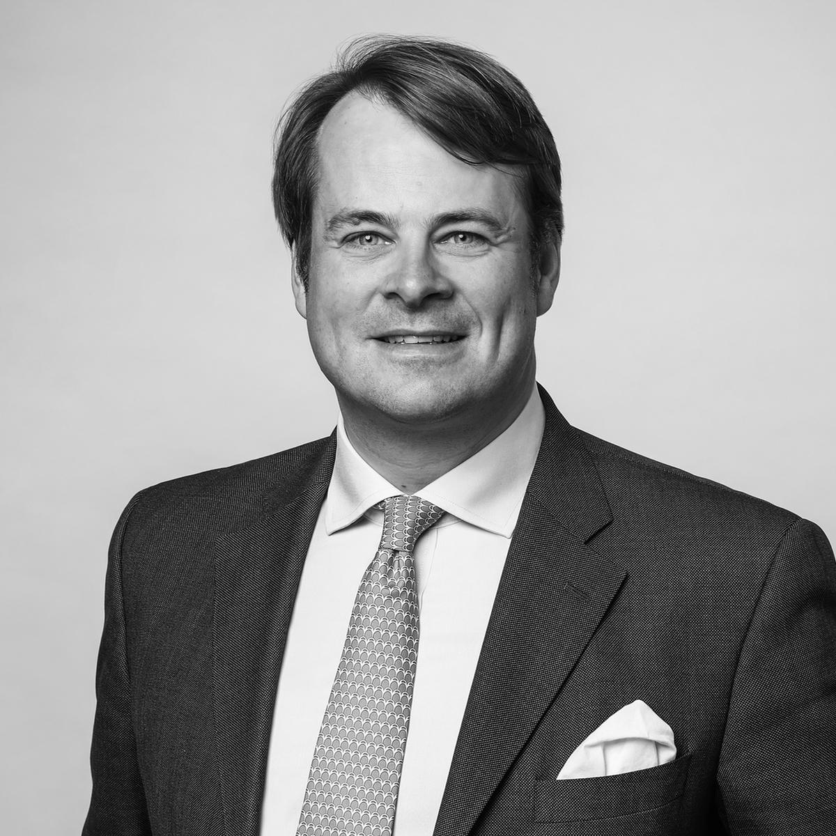 Friedrich Baur - ….ist seit 2014 bei der J.F. Müller & Sohn AG, seit 2016 im Vorstand. Davor war er in operativen Führungspositionen für das Hongkong-Chinesische Maschinenbauunternehmen CHTC Fong's Industries tätig...has been with J.F. Müller & SohnAG since 2014, as amember of the Management Board since 2016. Prior to that, he held executive positions at Hong Kong-based Chinese engineering firm CHTC Fong's Industries.….
