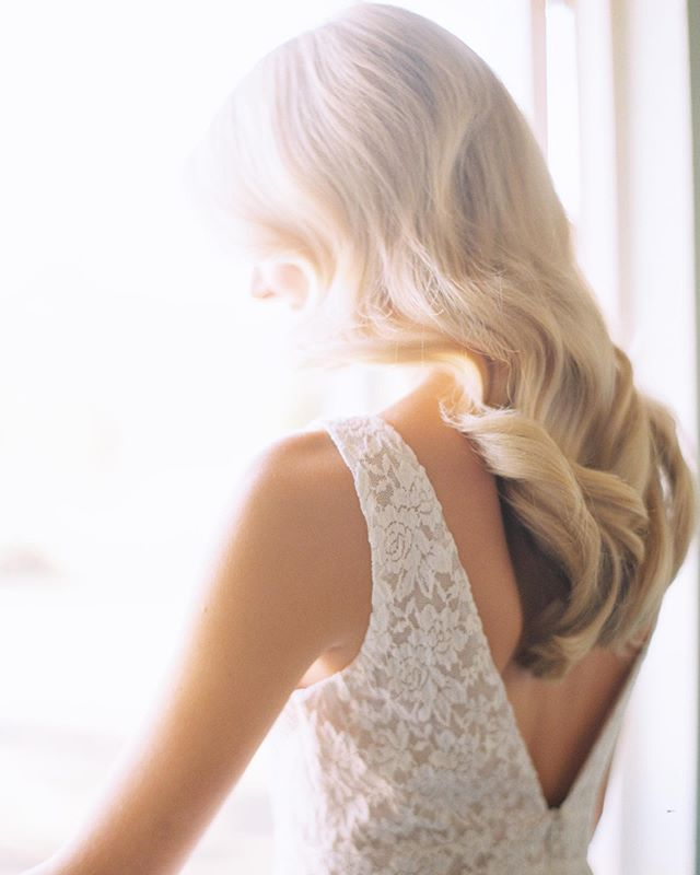 6 STUNNING down bridal hairstyles are on the blog including this stunner by @makenzilaine 😍 Check them out and let me know your favorite hairstyles!