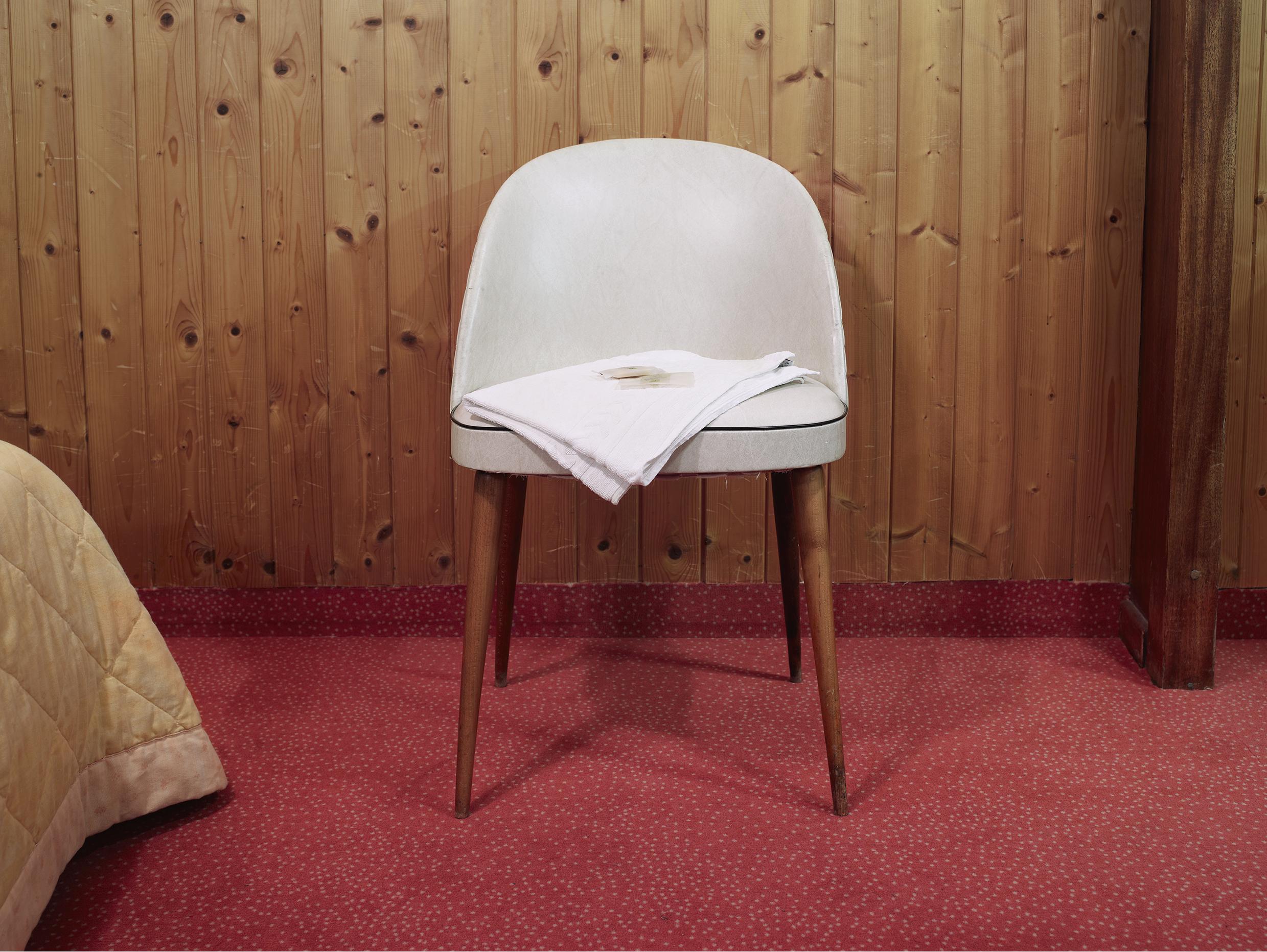 Chaise, serviette, savon. Hôtel La Petite Chaumière, La Duforte, Col de la Faucille.