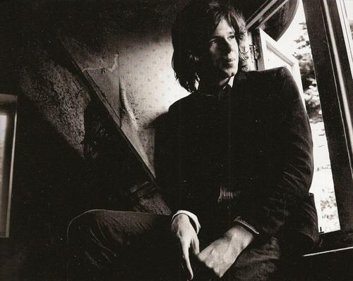 Nick Drake i 1969, tittende ut av vinduet i det samme rommet vi finner igjen på albumcoveret til  Five Leaves Left .