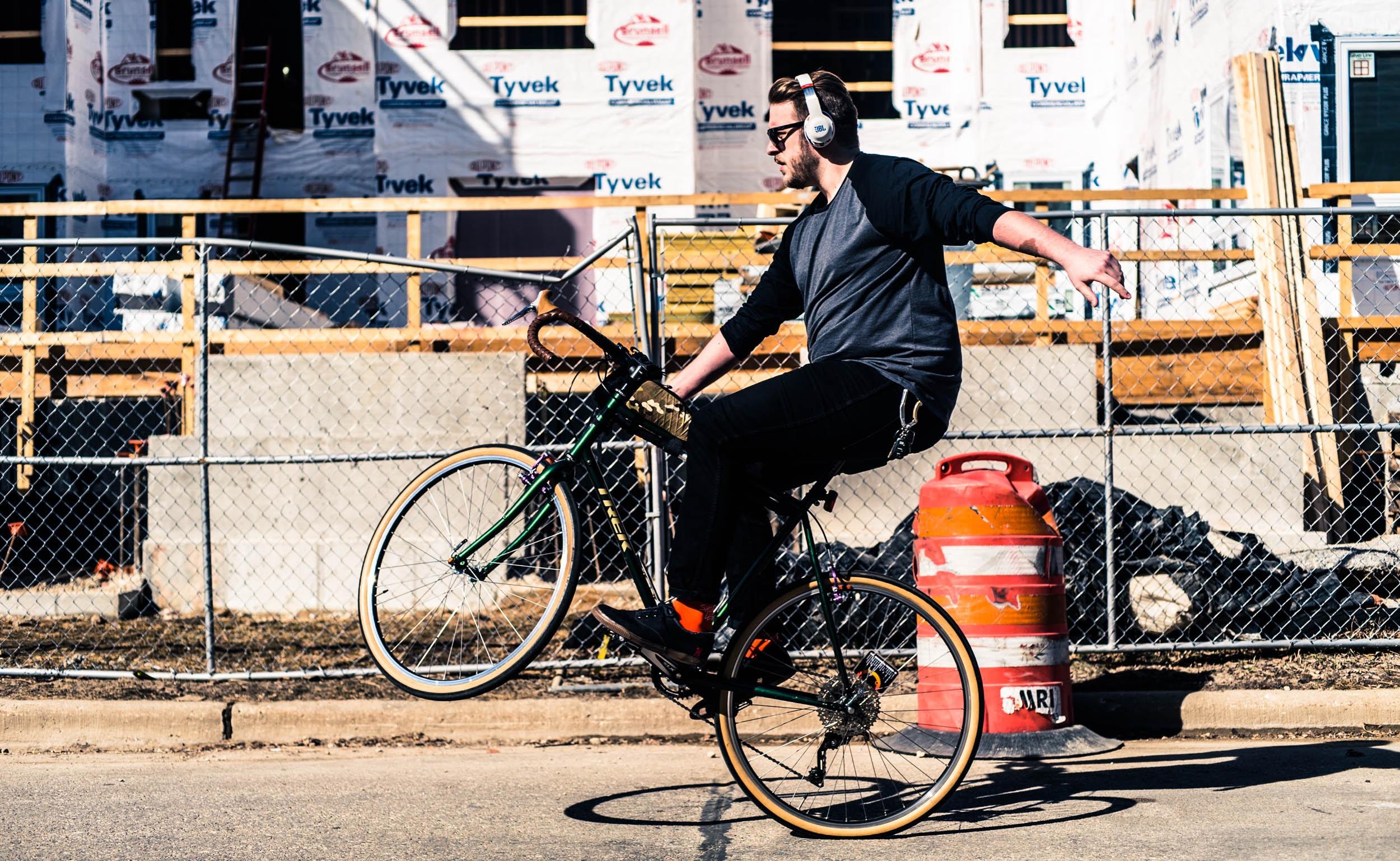 Er det Knausgård syklisten har på øret, mon tro? (Foto av  Neal Fagan .)