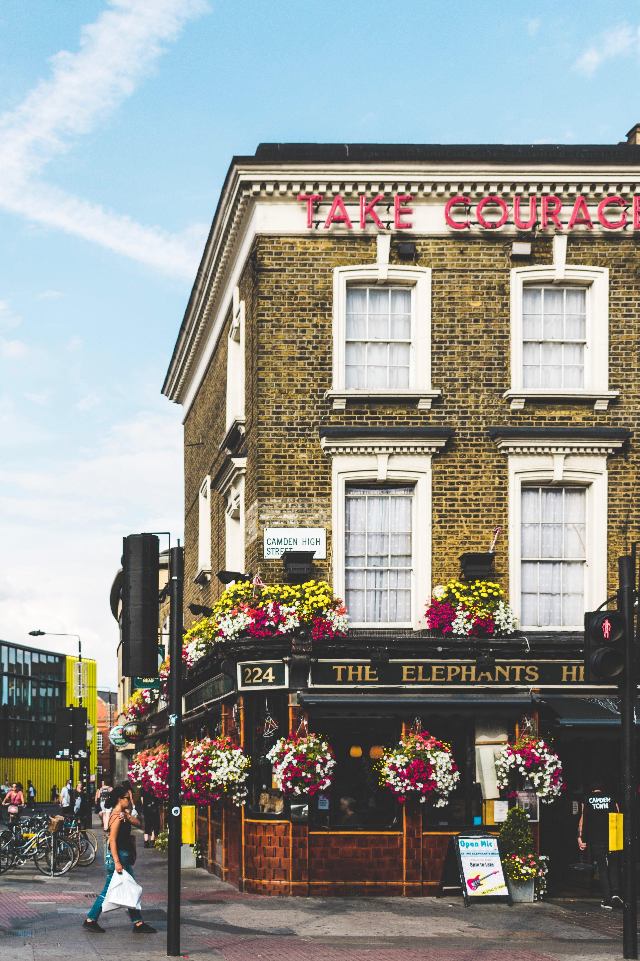 Mer spesifikt foregår en del av handlingen på et kjøpesenter og på en pub i London, og siden få ting i verden er styggere enn kjøpesentre, så vær så god, her er et bilde av en pub. Foto av  Damiano Baschiera .