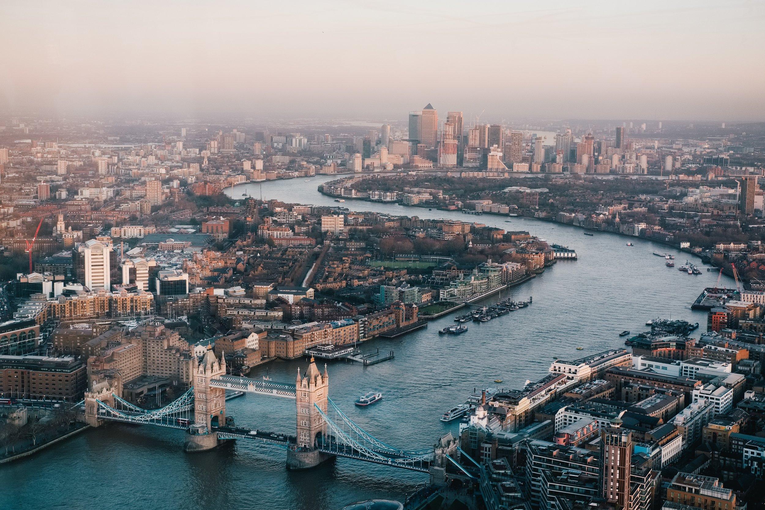 Mye av handlingen foregår i London, så vær så god, her er et bilde av London. Foto av  Benjamin Davies .