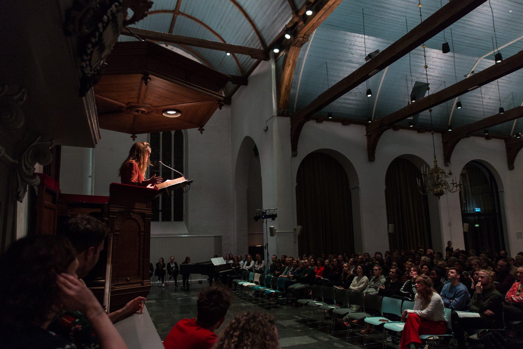 Janneke Stegeman tijdens de première van ''Kniezen onder de Kerstboom'' in de Geertekerk, Utrecht.