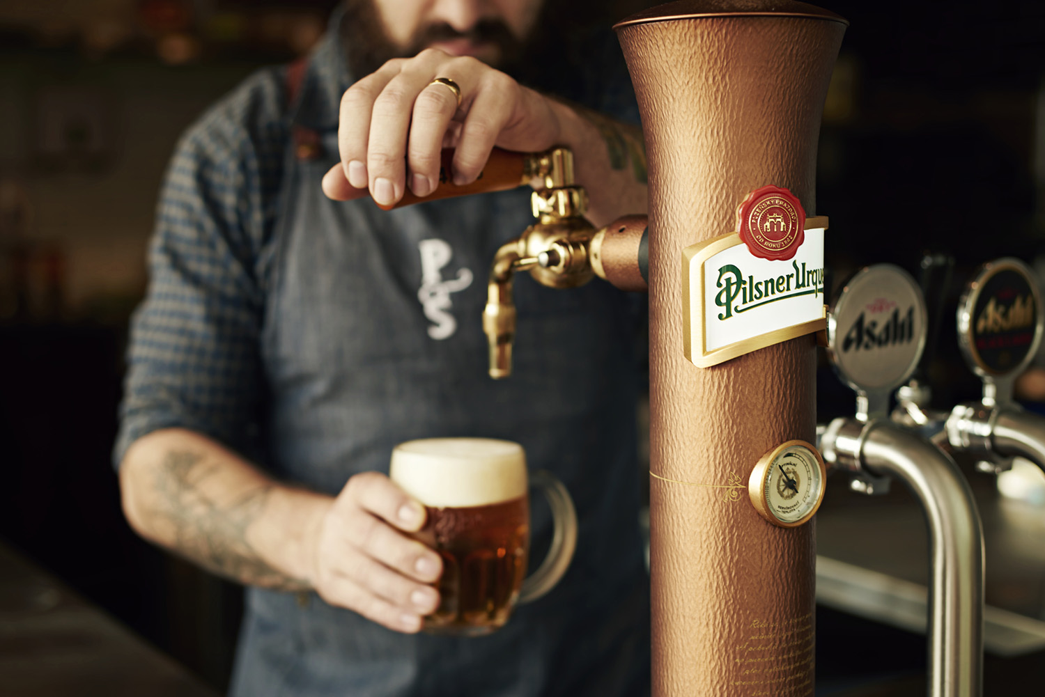 IVDM Photography_Pilsner Urquell_Barman with finished beer.jpg
