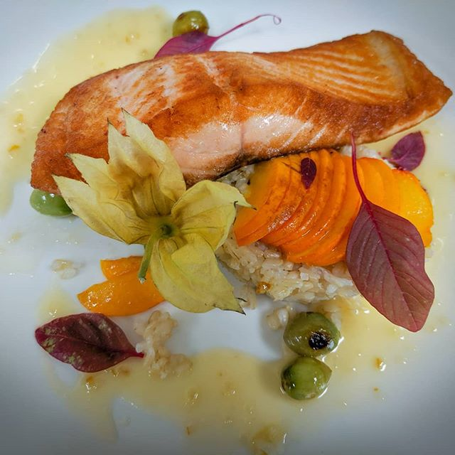 We know you love us for our puns, but this time we thought we'd let you come up with your own instead of leaving it to salmon else. 🐟 . 📸: Loch Etive Salmon - stone fruit/sweet jade tomatoes/Kokuho Rose rice