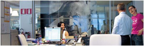 몰스킨 사무실에 걸린 피카소 사진