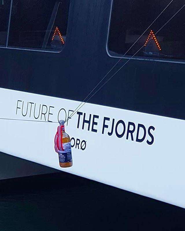 """Stolt produsent fikk æren av å levere """"1184 Sognamost"""" til dåpsseremonien av """"Future of The Fjords"""" i Gudvangen i dag. Gudmor Erna Solberg knuste flaskene, men fortvil ei. Det er masse igjen på lager😊👍🏼. _______________________________________________________ #sognamost #gudvangen #futureofthefjords #ernasolberg #priminister #tourism #touristboat #boat #fjord #fjords #juice #applejuice #norway #local #localfood #drink #apple #organic #healthy"""
