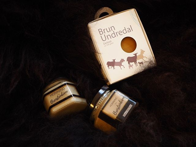 🧀🍯 Gode lokalvarer fra Gudvangen si julemesse i helga! Geitost frå Undredal og honning frå Breistein, Vidar Hylland. _______________________________________________________ #sognamost #honey #goatcheese #undredal #breistein #bees #local #food #localfood #lokalmat #lokal #norway #norge #undredalgoatcheese #breisteinbiene #farmer #bonde #photo