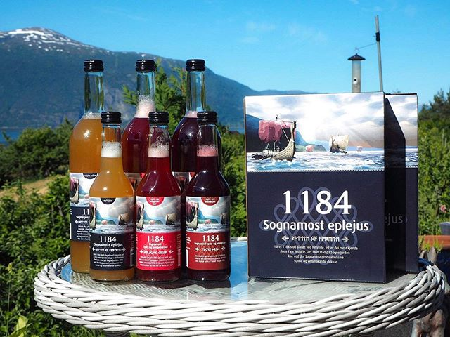 🍎 Du treng ikkje sol og varme for smaken av sommar!. _____________________________________________________________ #sognamost #lokalt #local #applejuice #apple #rasberry #blueberry #juice #natural #vegan #norway #norwegian #healthy #health #food #drink #localfood #localdrink #taste #good #fruit #berries #summer #1184 #sogn #trees