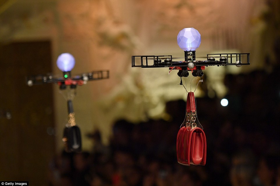 499546B900000578-5433237-Two_drones_carrying_handbags_at_the_Dolce_Gabbana_fashion_show_i-a-66_1519583672945.jpg