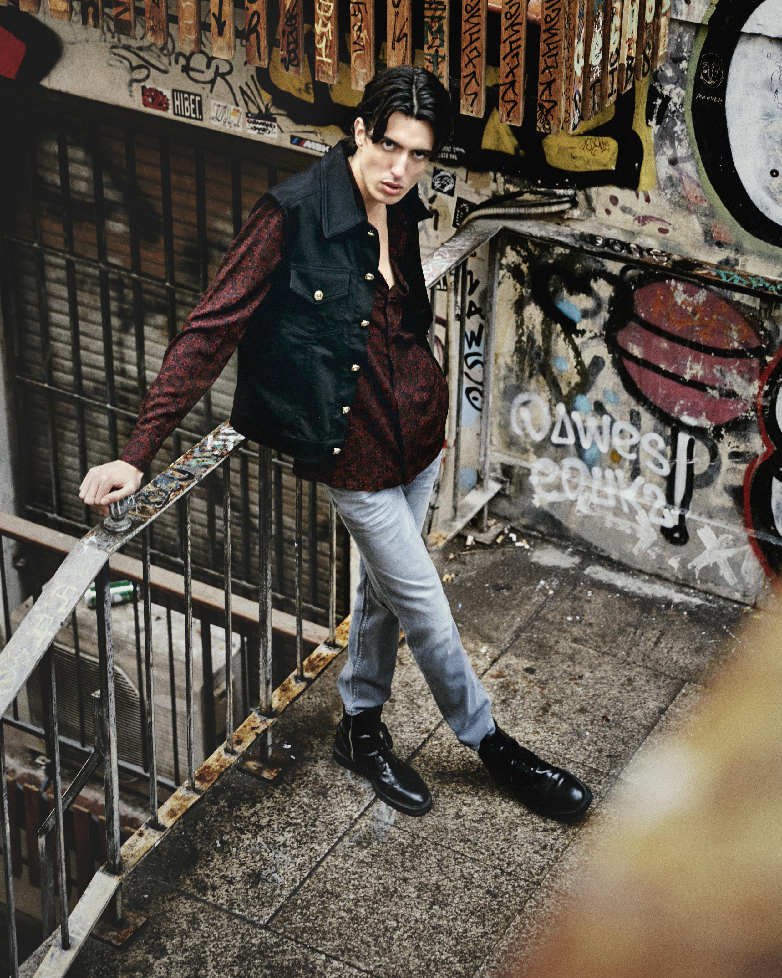 Earring- SANTAVANITAS  Shirt – LOS PECOS MUTANTES  Chaleco – MAN'S CONCEPT  Jeans – KIABI  Boots – ZARA