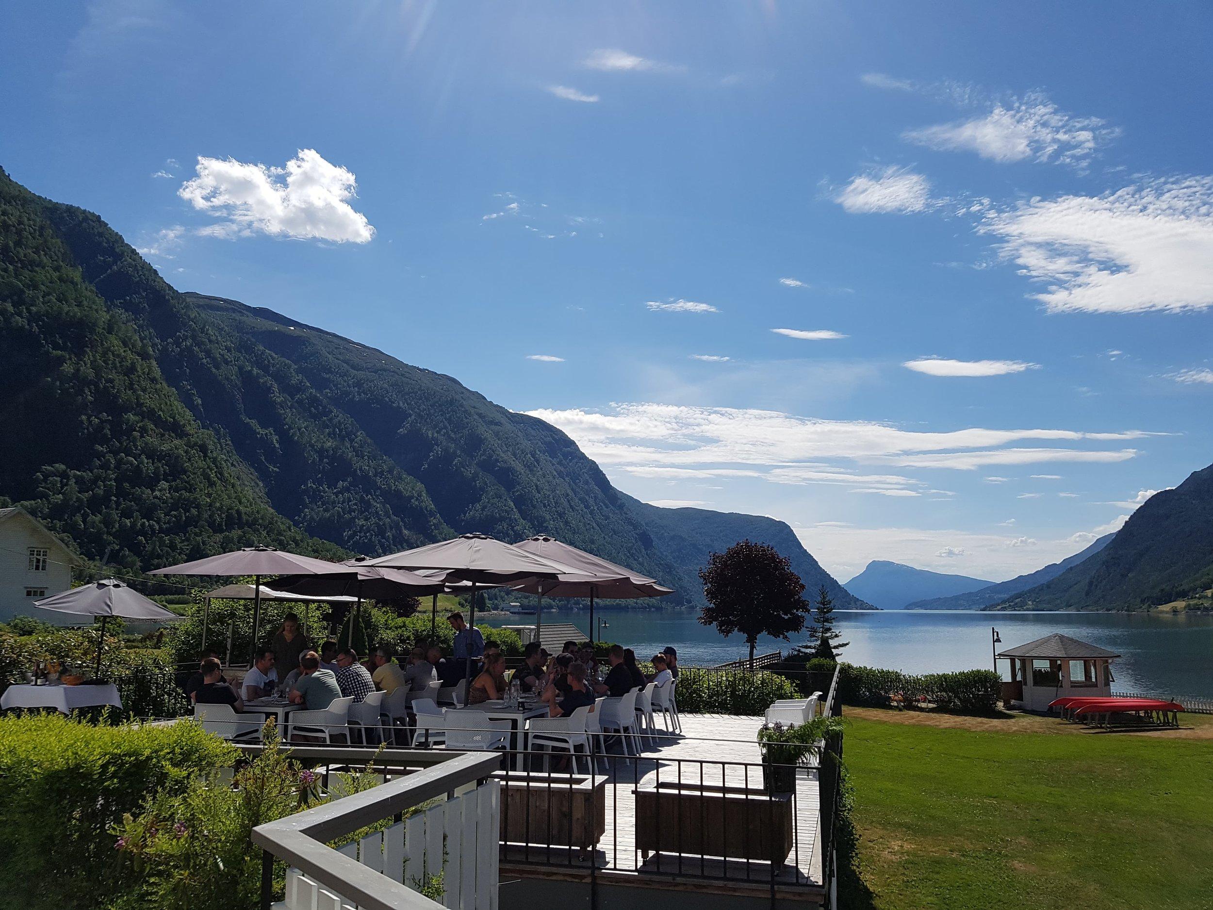 Lunsj på Skjolden hotell - Det blir Lunsjstopp på Skjolden Hotell med fantastisk utsikt! 2 retters måltid.