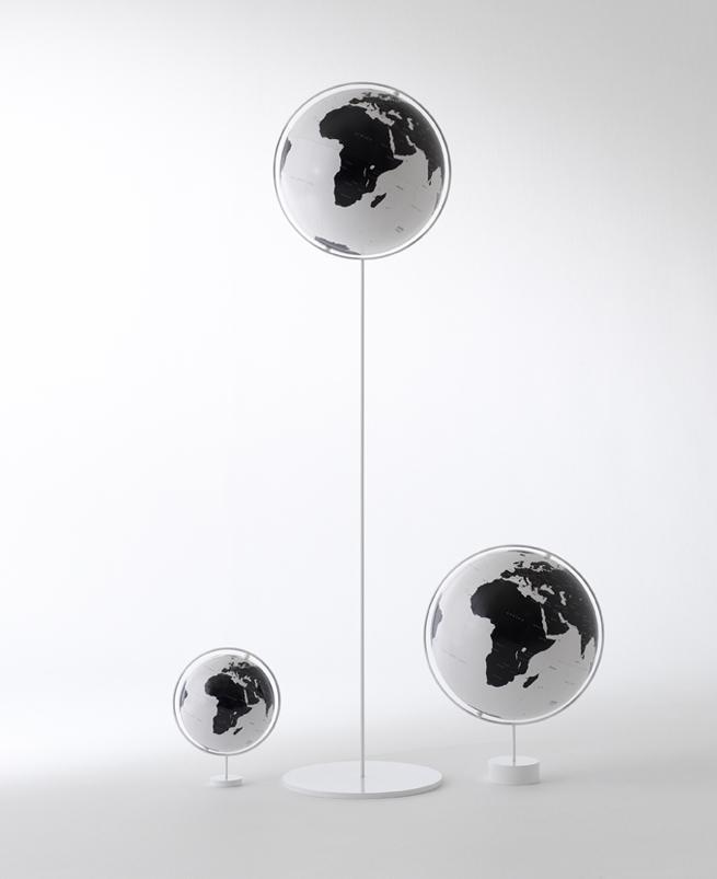 策展人:不同于寻常的地球仪那般笨重,这款地球仪像是一个漂浮的气球,外形富有美感和诗意。 - Nendo是一家多产且才华横溢的日本设计工作室,它为Watanabe Kyogu重新设计了这款地球仪。 这是一款看不见边界的现代地球仪,就像卫星视角下的水线,只留下主要城市,它让我们看到一个被简化了的世界。自1937年以来,Watanabe Kyogu Co.便一直在东京以外的埼玉县索卡(Soka)制作高品质的地球仪。
