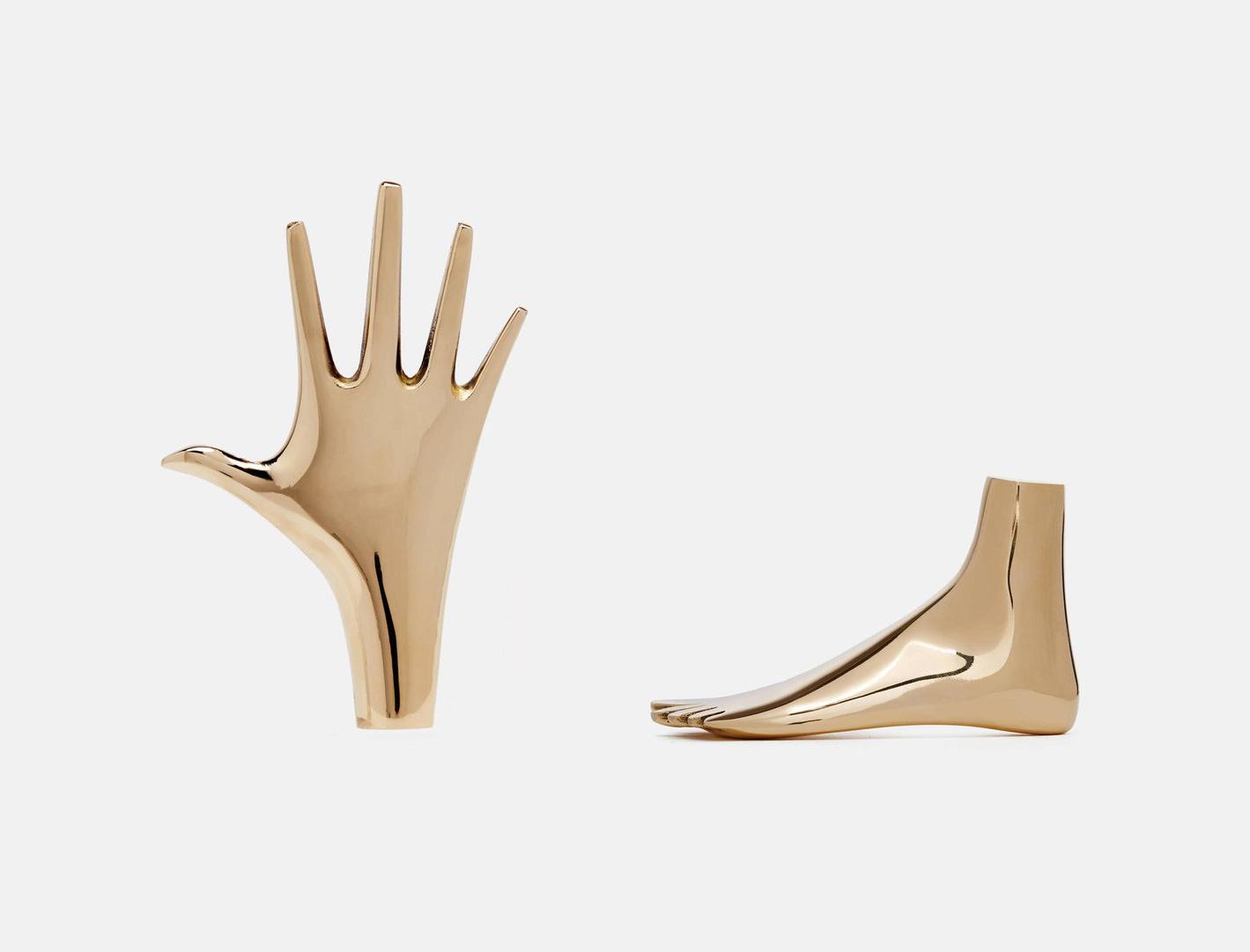 策展人:当这套雕塑被放在沃尔特·格罗皮乌斯的桌子上时,它会透露出一种别样的情结。 - 这两件雕塑都是由Carl Aubock II在1950年前后设计和构思的。除了可被用做镇纸外,它还可以被看作是手或脚的形态,也可以充当瓶塞。手象征着一个人被淹没在酒瓶中,又或一个人的脚从酒瓶中伸出来。幽默始终是这位艺术家设计和绘画中的重要手法。成品是在原始铸件模型的基础上制作而成的,它采用了相同的技术,即在沙子中铸造黄铜。这两件都是Carl Aubock II最具代表性的作品。