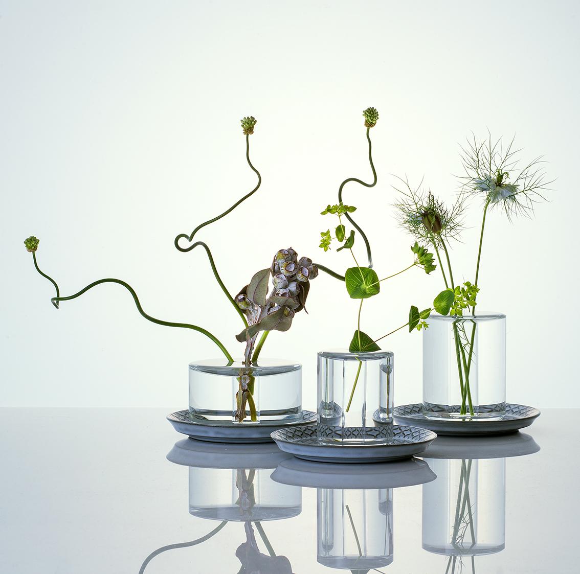 策展人:我依旧记得自己是如何被它吸引,如何被水面的美感所折服。 - 由新加坡设计工作室---Industry+设计,它将水晶花瓶、植物和水融为一体。水的表面张力成为了一种结构元素---容器顶部的浅层区域可以用来浇水。花瓶表面的水像是一种诗意的表达,彰显了花瓶的活力,也为花瓶里的植物注入了生机。
