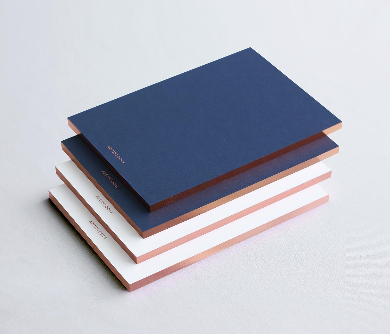 策展人:这可能就是理想中笔记本最完美的样子吧。 - 这款笔记本通过精致的选材和豪华的设计体现了旅行爱好者的气质和对生活的感性探索,激发你的开启下一个奇思妙想般的项目或下一次冒险。