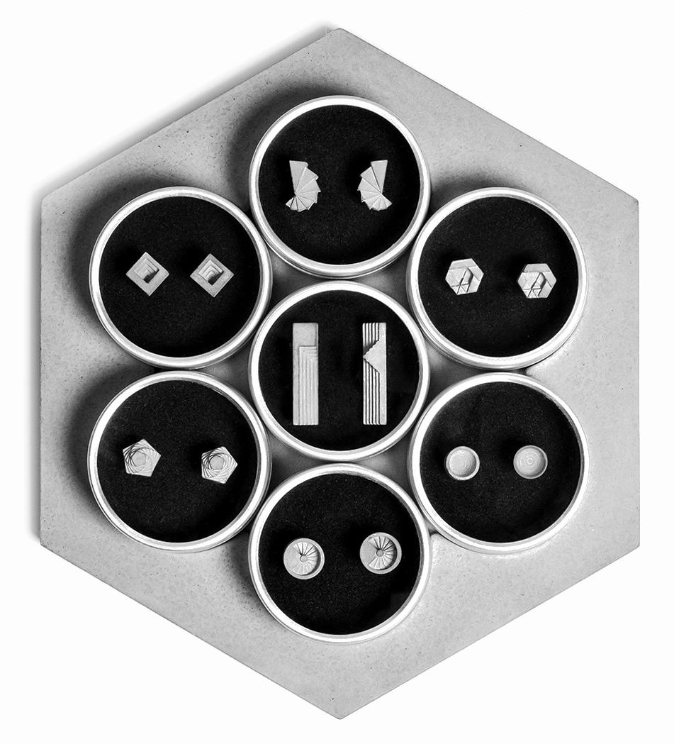策展人:因其具有脆弱和多孔的特性,随着时间的推移,混凝土材料像是一位时间的见证者。 - 形状、光影是最为典型的空间元素,它们加深了我们对边界的感知。它们组合在一起时便构成了这些微型混凝土件。Elements系列中的每一件都可以作为一个单独完整的个体,当各个要素拼接在一起时,它又像是一对耳环,在最为正式的聚会中相伴您的左右。