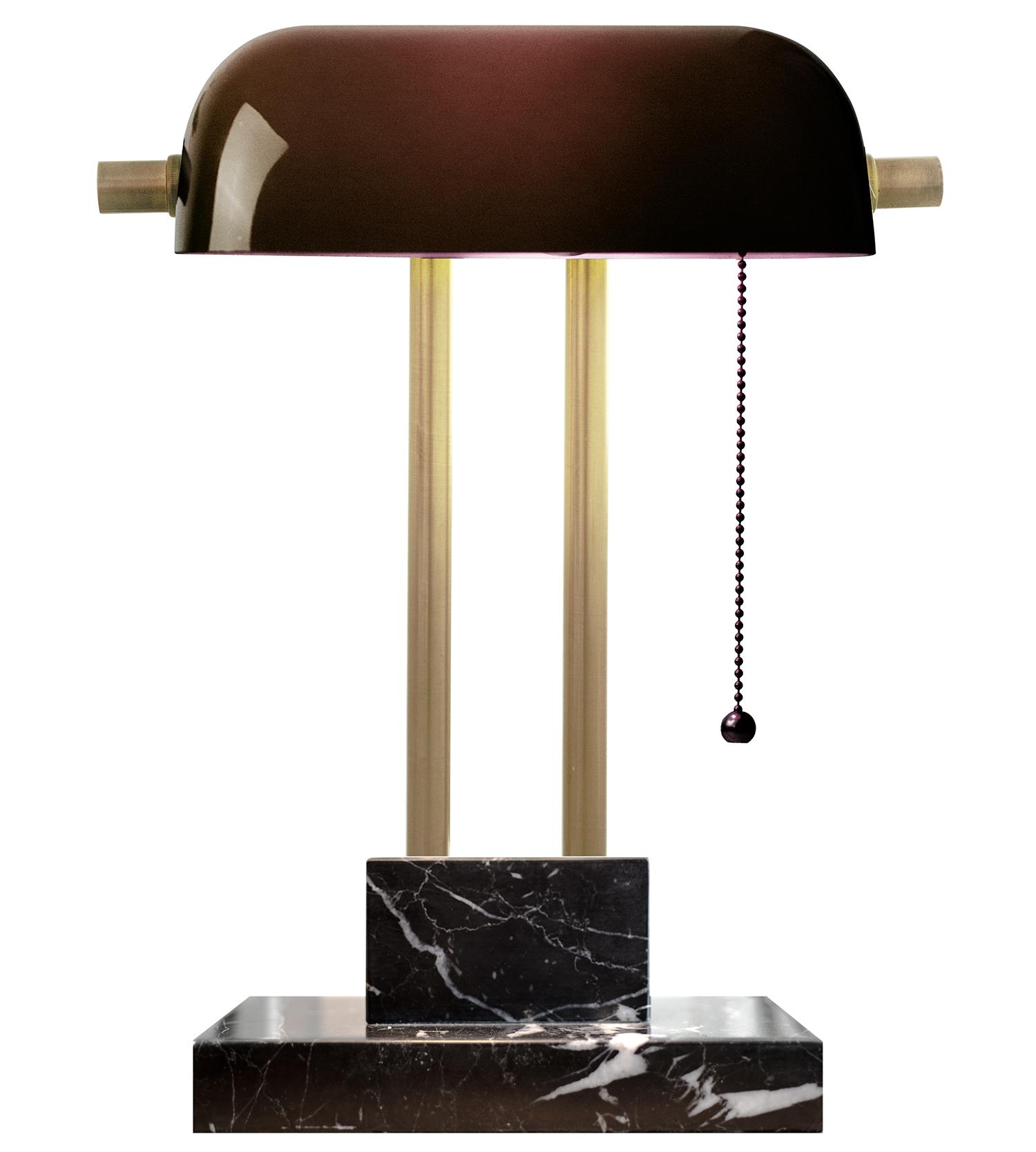 策展人:这款经典的灯具经过现代化的演绎焕发出新的生机,它在我的家中有一席之地,也是我收藏的设计精品中的一件。 - 在20世纪30年代,在上海的黄金时代,蓬勃发展的商业和欣欣向荣的贸易延伸到漫漫长夜,在翡翠绿色调灯光的照射下,银行家们正在和数字游戏。这些灯具在他们的办公桌上随处可见,以至于它们被命名为银行家的灯。设计师Jessica Wong用现代化的风格对经典加以改造。简洁的对称性,黑色大理石底座带来毋庸置疑的奢华质感,电源线的外部被黑白相间的织物包裹,营造出一种复古的学院风。