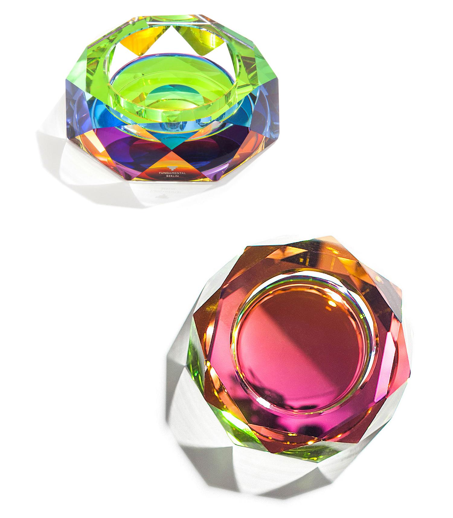 策展人:巧妙运用了水晶来渲染彩色薄膜的颜色,创造出令人着迷的光线和色彩。 - 把彩虹带进你的家吧!厚重的水晶配和手工制作工艺,底部运用了特殊的彩色薄膜,它能进一步强化水晶将光线折射为七种彩虹色的能力,渲染其视觉效果。它既可以用作烟灰缸,也可成为桌上的一件饰品,成为众人瞩目的焦点。