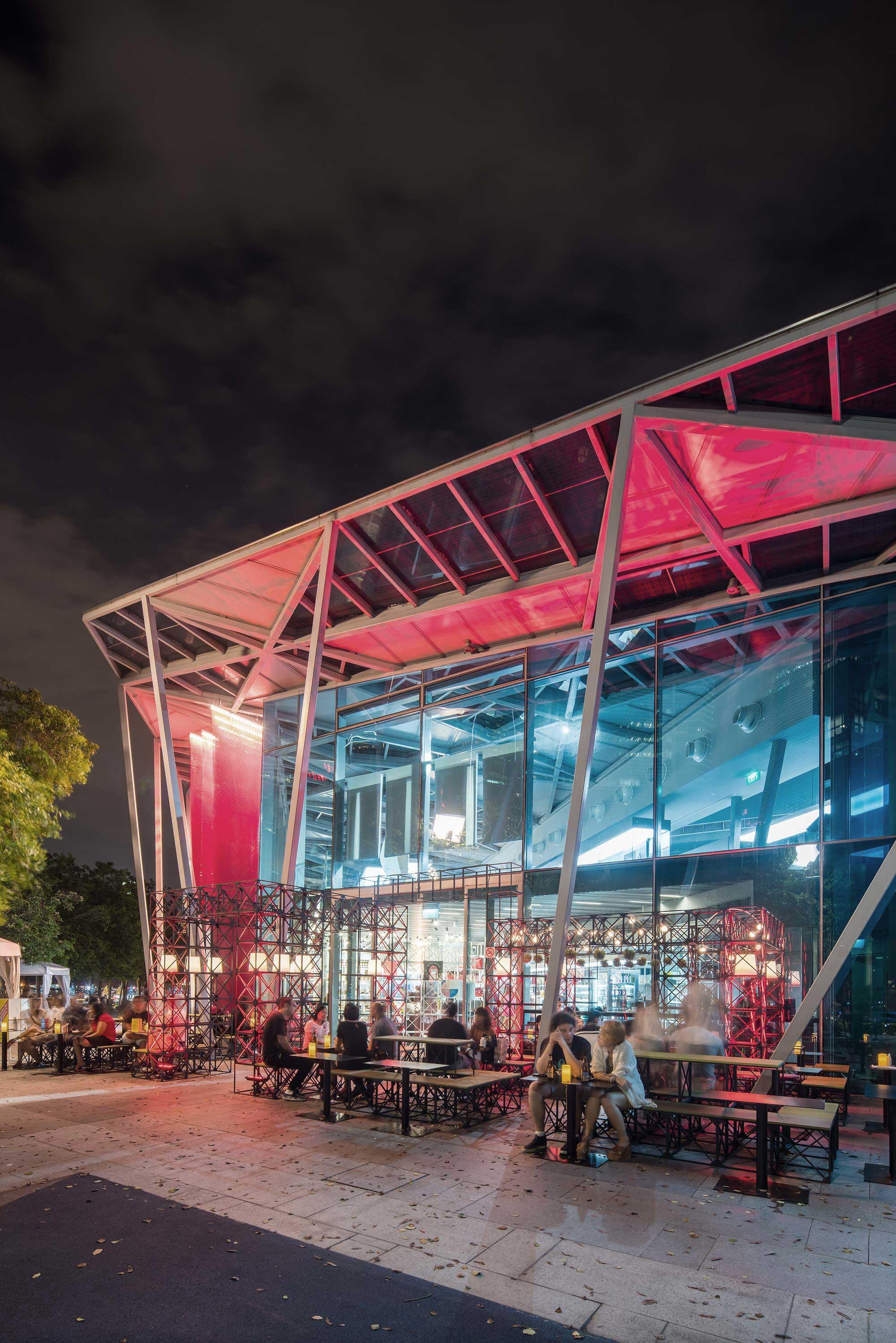 休闲放松的绝佳场所 - 到了晚上,休闲吧设有户外座位,它是您在新加坡与好朋、爱人共度美好时光的不二之选。
