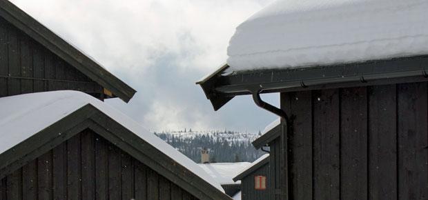 Hvor mye snø kan taket tåle?  Dersom man ikke har annen informasjon, kan man anslå hvor mye snø taket tåler og når man bør måke taket:    Bygninger oppført 1950 – 1979: Vil vanligvis tåle inntil 50 cm tørr, gammel snø eller 40 cm våt snø på taket.    Bygninger oppført etter 1980: Kan tåle vesentlig mer snø enn eldre bygninger.  Dette kan du se i beregningsgrunnlaget fra da huset ble oppført, sjekk eventuelt med kommunen din. Dersom taket skal tåle 250 kg/m2, vil dette tilsvare 80 cm tørr, gammel snø eller 60 cm våt snø. En vekt på 350 kg/m2, tilsvarer 120 cm tørr, gammel snø eller 90 cm våt snø.    Det er lurt å måke taket i god tid før tålegrensen er nådd og det er lurt å måke før snøen er blitt tung og våt.  Bygninger hvor mange mennesker kan oppholde seg, og som har lette tak med store spennvidder, bør få størst oppmerksomhet ved store snømengder.    Vær spesielt oppmerksom på synlige nedbøyninger eller andre endringer i bygningen som er et varsel om stor belastning av snø på taket, for eksempel at dører og vinduer begynner å gå tregt. I noen situasjoner kan man også høre knirk og smell i konstruksjonen. Da kan det være fare på ferde, og større bygninger må eventuelt evakueres.     Hva skal du tenke på når du måker taket?     Sørg for å ivareta din egen sikkerhet under måkingen.    Taket bør måkes jevnt. Skjevbelastninger kan være mer kritisk enn en større, jevnt fordelt belastning.    Ikke fjern all snøen - det er lett å skade papp-, plate- og taksteinstekninger. La det være igjen 10-20 cm snø på taket.    Vurder hvor snøen havner – det kan være at tilstøtende tak- og veggkonstruksjoner ikke tåler den ekstra belastningen.    Dersom snøen langs husveggene har fonnet seg helt opp til taket, må en være forsiktig med å bruke maskiner til å fjerne snøen, fordi snøen på taket kan bli ustabil og settes i bevegelse.    Unngå at store snømengder kommer i bevegelse samtidig. En wire som føres gjennom snølaget kan fjerne mye snø, men en rask avlastning kan sette huskonstru