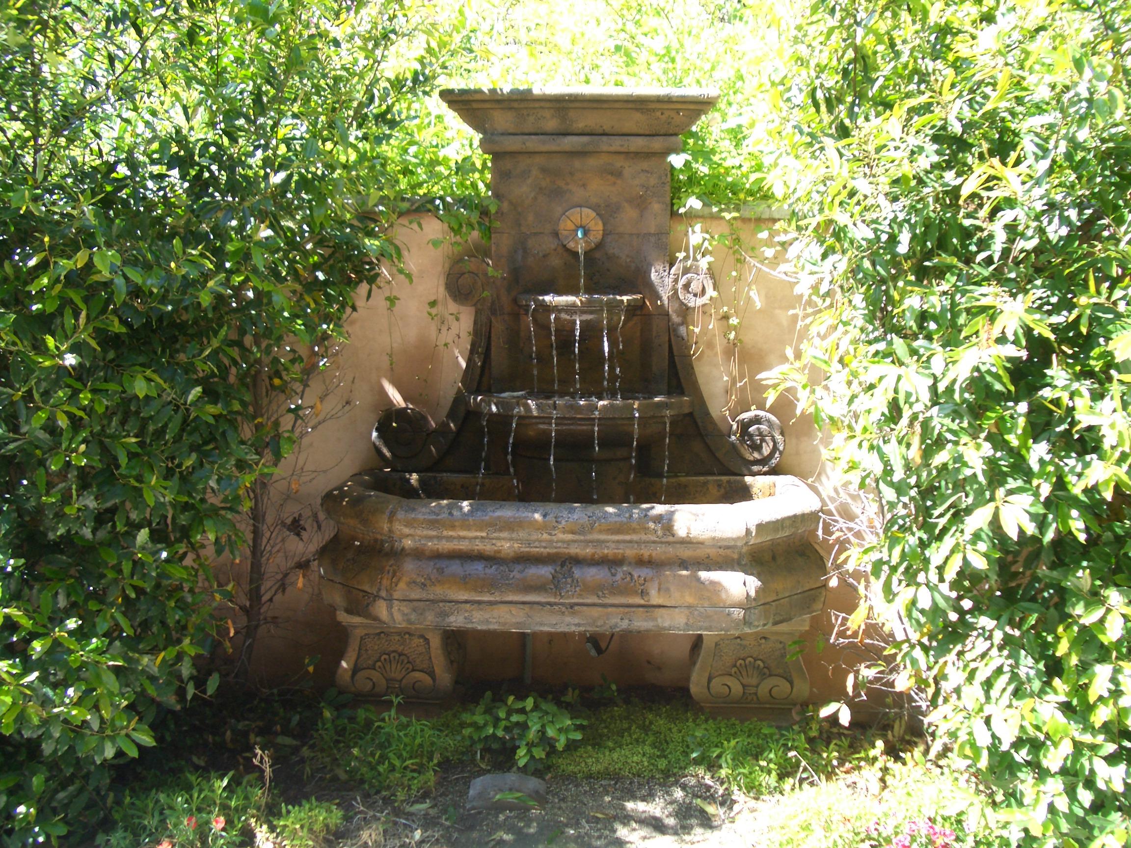 Via somonte Side Yard Fountain.JPG