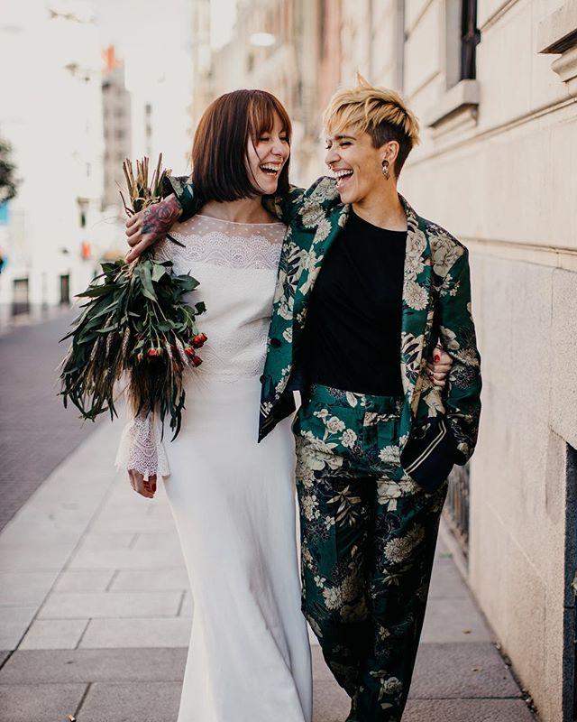 Esta semana ya empezamos la mejor parte de la tempodada, arrancamos en Madrid, para la semana siguiente estar de boda en #Londres, disparando dos semanas consecutivas en Barcelona y luego #lagodicomo Estamos sin fines de semana hasta noviembre! En fin, esto no es una queja, solo que me muero de ganas de estar en todas las bodas de este año! 😍😍 Esta foto es de las preciosas @iratirii y @azulclaritocasiblanco en #labuhardilla19 vestidas por @otaduy 🥬♥️
