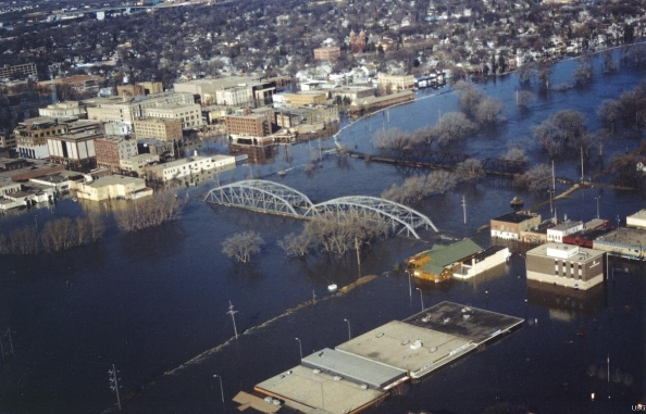 Flooding in Grand Forks, ND, 1997. Photo by Tony Mutzenberger,  U.S. Geological Survey .