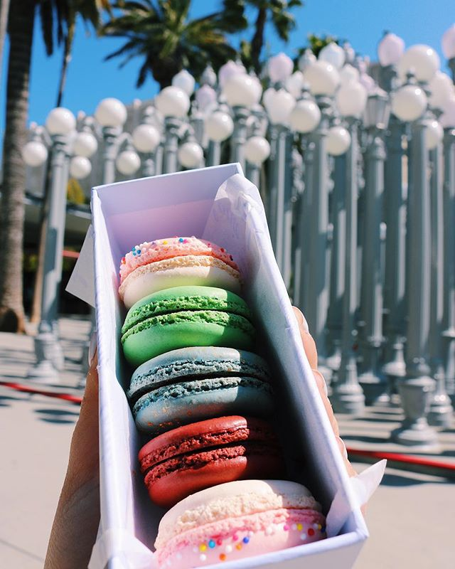 Holy macaroooooon making me swoooooon 😍 I love when my food is hella colorful... like if you're thinking of a present for me just get me fruit loops, or skittles, or this BEAUTIFUL BOX OF MACAROONS FROM @bottegalouie in LA. My life is bright and my food is brighter 😎🌈