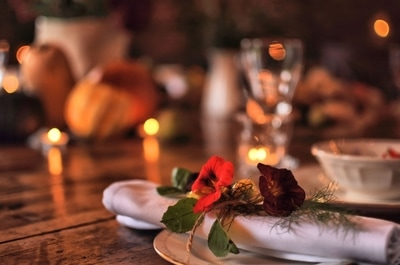 attention to detail. Edible flowers in napkin decor
