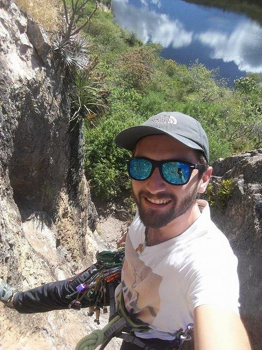 Raymundo Garcia Galguera   Alpinista, escalador y guía de montaña Oaxaqueño. Le motiva transmitir el amor y respeto que tiene por la naturaleza y la aventura. Sus áreas de escalada favoritas son San Sebastian Tutla Santiago Apoala en Oaxaca, y los volcanes Mexicanos.