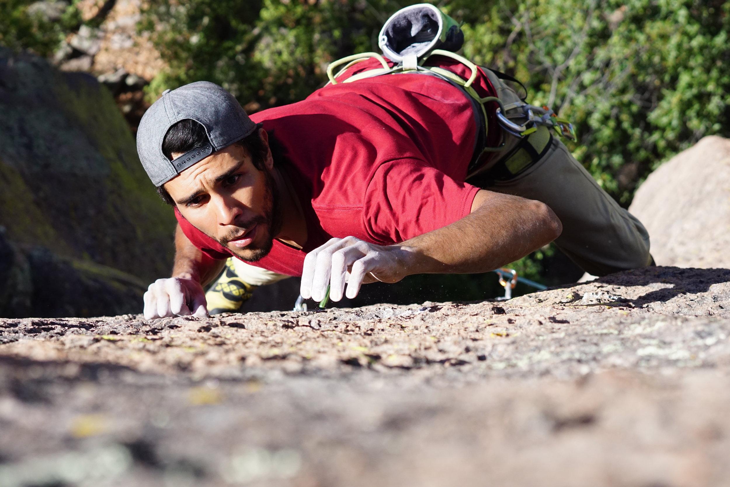 Abraham Martínez   Apasionado de la altura; escalador y técnico vertical Nayarita. Desarrollador de nuevas vías y zonas de escalada con la convicción de llevar el deporte a nuevos lugares involucrando a la gente del lugar con la escalada y el cuidado del medio ambiente.