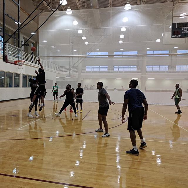 2019.04.18: Fields got rained out so we had to move practice to the rec. We only had four people from @txst_buckets show up so we just threw for a little bit and played 3v3 basketball. I am now really, really bad at basketball 🏀🙅🏻♂️ I didn't get a picture of us playing so I went downstairs and got a picture of much, much better players playing.  Oh and today during lunch hour @leeann_rivas made me do front squats, ladders, rowing machine, kettle bells, and birddogs. 8️⃣ total circuits 🏋️🏻♂️
