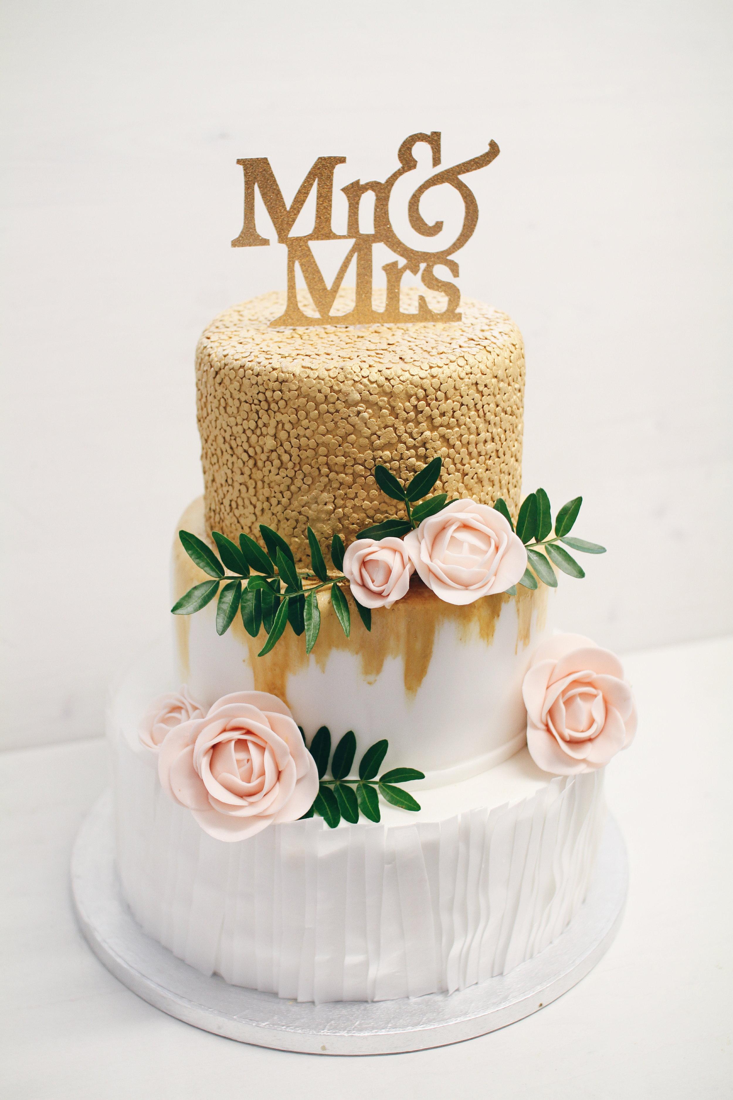 Moderna torta z zlatimi dodatki.