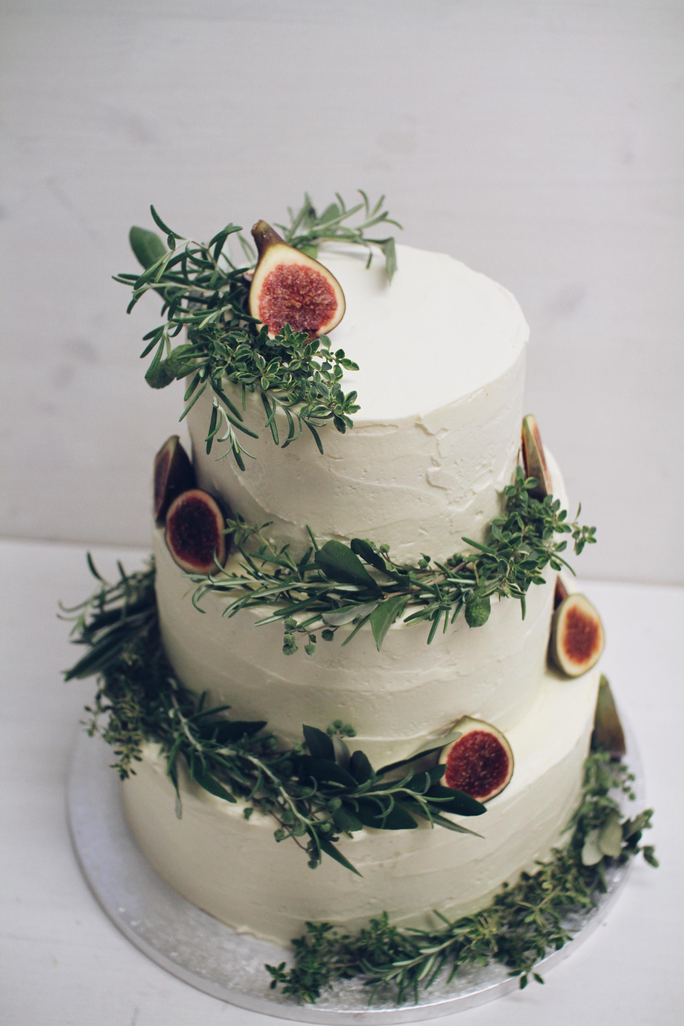 Naravna torta z zelenjem in figami.