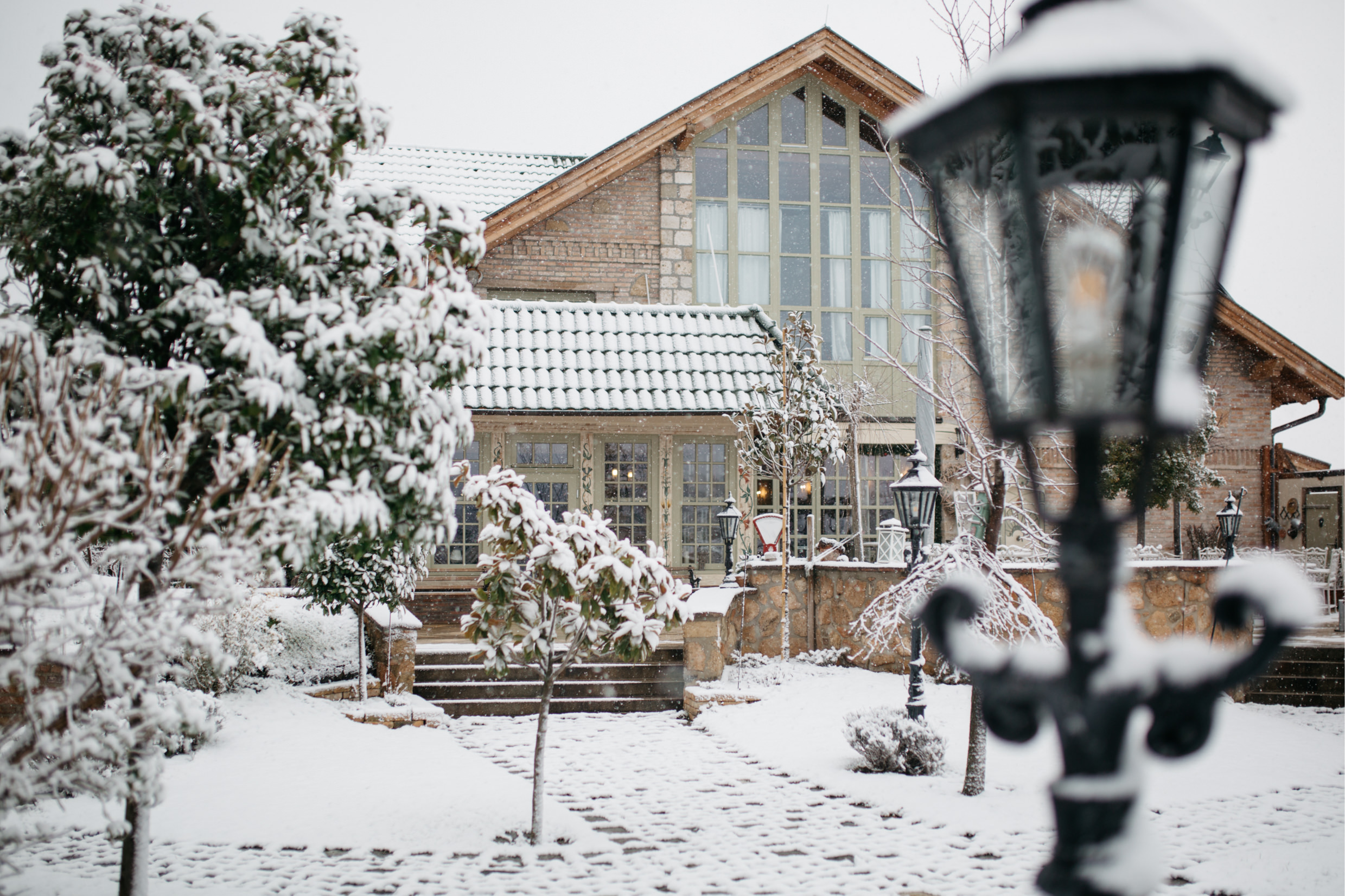 Winter Wedding with Snow -01.jpg