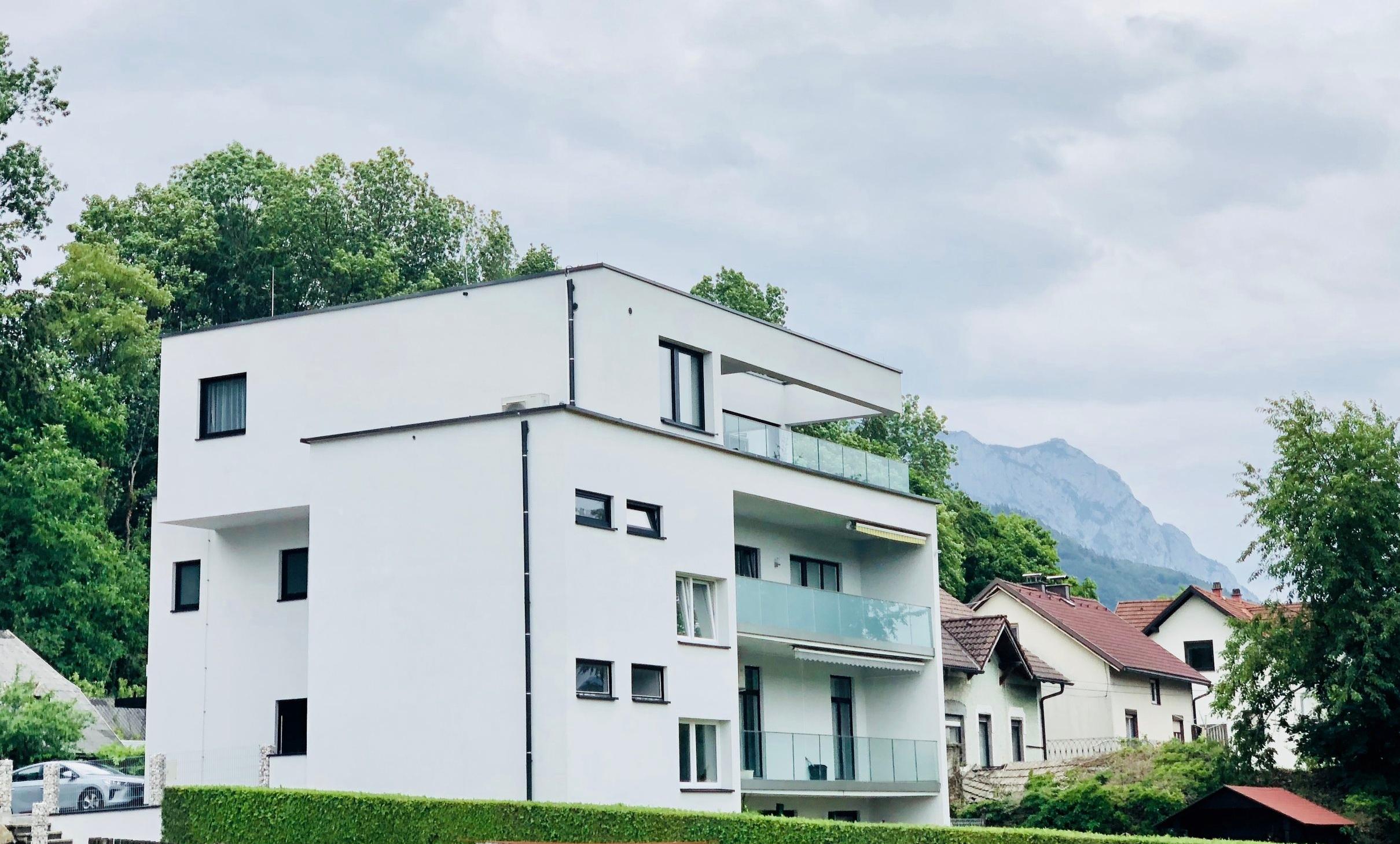 penthouse d/ gmunden - fassade fertiggestellt und nurglasgeländer montiert