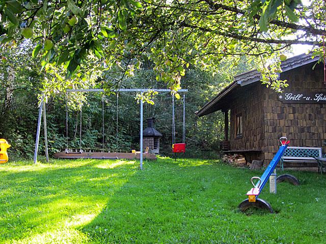 nostalgisches Sommer-Gartenhäusl - ... in dem Sie sich gerne zusammensetzen können (Schlüssel im Büro ausleihbar). mit gemauertem Außengrill und Sitzecke für gemütliche Grillnachmittage