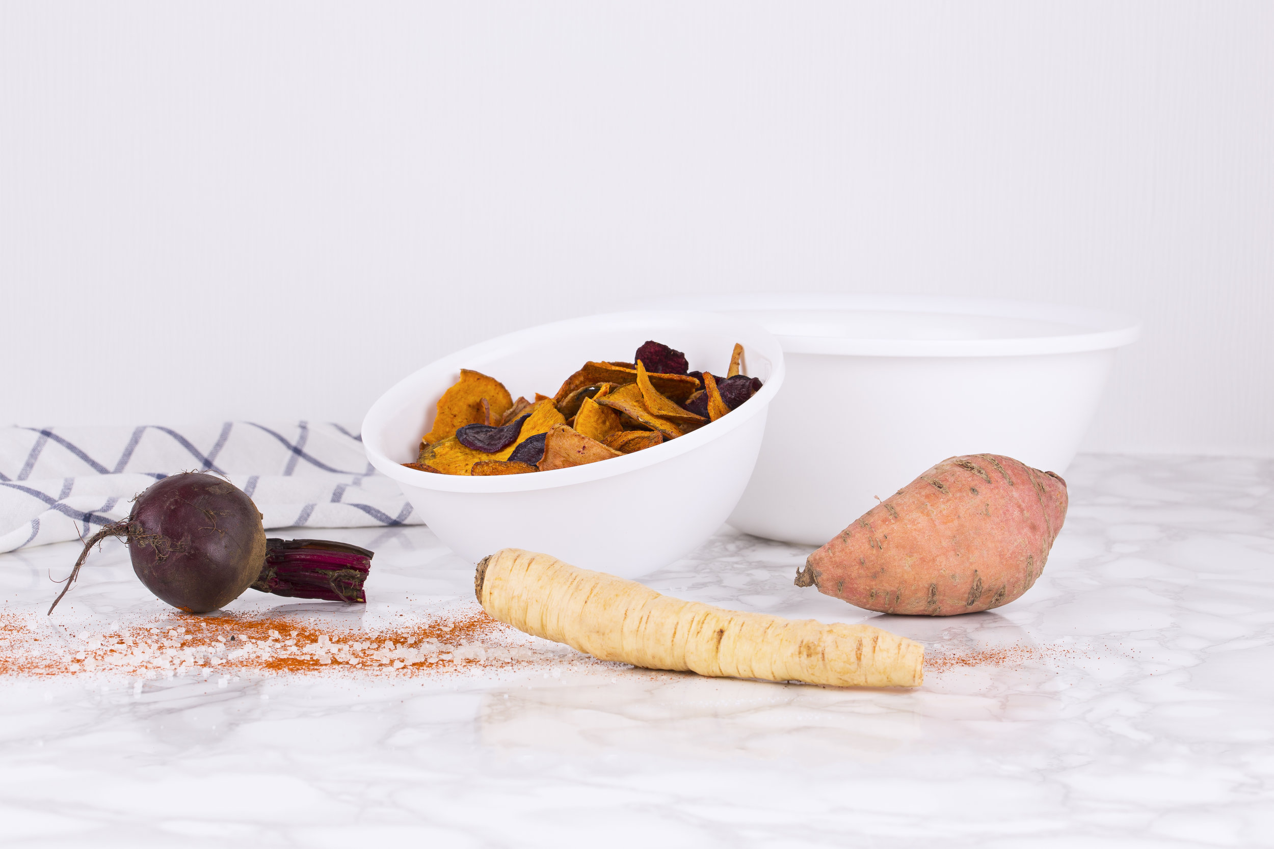 Amuse tip - ....RECIPE Healthy snacks? Try these home-made vegetable crisps: oven-fresh after 45 minutes, without the use of fat, preservatives or additives. Healthy never tasted so good! ..RECETTE Grignoter sainement ? Les chips de légumes sont la collation idéale : sortis du four après 45 minutes, sans graisses, ni agents conservateurs ou additifs. Manger sainement n'a jamais été aussi délicieux ! ..RECEPT Gezond snacken? Dat doe je met deze zelfgemaakte groentechips: ovenvers na 45 minuten, zonder vetstoffen, bewaarmiddelen of additieven. Gezond was nog nooit zo lekker! ..REZEPT Gesunde Snacks? Das sind diese selbstgemachten Gemüsechips: ofenfrisch nach 45 Minuten, ohne Fettstoffe, Konservierungsmittel oder Zusatzstoffe. Gesund war noch nie so lecker! ....