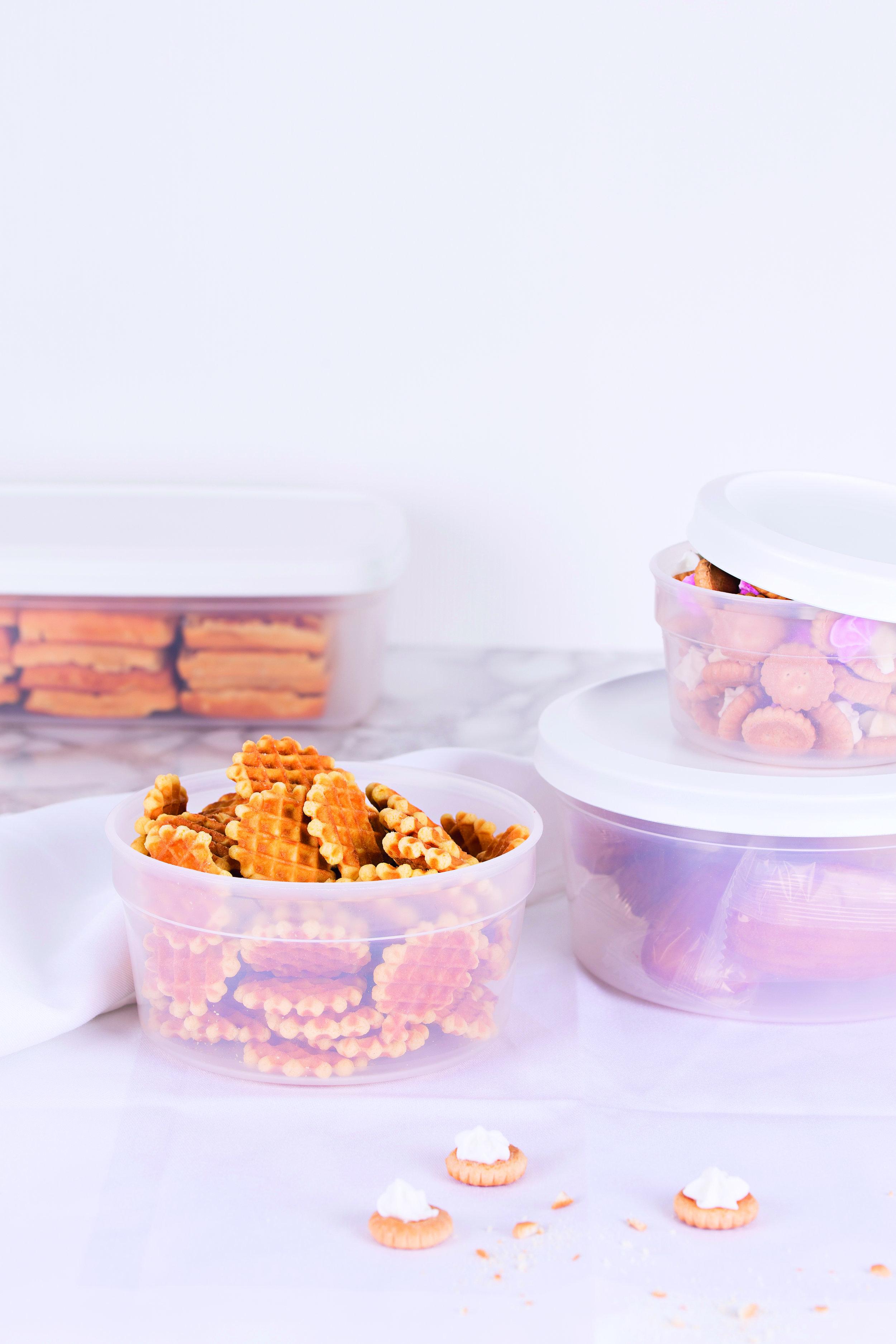 Amuse Tip - ....TIP 1.1 Storing some crunchy and soft biscuits? Avoid putting them in the same box. Otherwise the soft biscuits will turn the crunchy ones into softies. ..CONSEIL 1.1 Conserver des biscuits croquants et doux ? Ne les mettez pas ensemble dans une boîte. Parce que les biscuits doux ramollissent les croquants. ..TIP 1.1 Knapperige én zachte koekjes bewaren? Stop ze niet samen in een doos. Want de zachte koekjes maken softies van de krokante. ..TIPP 1.1 Knusprige und weiche Kekse aufbewahren? Bewahren Sie sie nicht zusammen in einem Behälter auf. Denn die weichen Kekse machen die knusprigen zu Softies. ........TIP 1.2 Pop baking paper between your crunchy biscuits. This makes them even more crunchy and also stops them from sticking together. Two jobs in one! ..CONSEIL 1.2 Glissez du papier de cuisson entre les biscuits crunchy. Ils seront encore plus croustillants et ne colleront pas ensemble. D'une pierre, deux coups ! ..TIP 1.2 Stop bakpapier tussen crunchy koekjes. Zo worden ze nog knapperiger én gaan ze niet aan elkaar kleven. Twee vliegen in één klap! ..TIPP 1.2 Legen Sie Backpapier zwischen crunchy Kekse. So werden sie noch knuspriger und kleben sie nicht aneinander. Zwei Fliegen mit einer Klappe! ........TIP 2 Fridge or store cupboard: always store vegetables and fruit separately. The ethylene given off by fruit causes vegetables to ripen too quickly. ..CONSEIL 2 Au frigo ou dans le garde-manger : conservez toujours les fruits et les légumes séparément. L'éthylène contenu dans les fruits fait mûrir les légumes trop rapidement. ..TIP 2 Koelkast of voorraadkast: bewaar groenten en fruit altijd apart. Het ethyleen dat het fruit afgeeft, doet groenten te snel rijpen. ..TIPP 2 Kühlschrank oder Vorratsschrank: Bewahren Sie Gemüse und Obst immer getrennt auf. Das Ethylen, das das Obst ausscheidet, lässt Gemüse zu schnell reifen. ........ RECIPE Mixed nuts and raisins are a real energy bomb – and healthy too. Nuts contain vitamins and antioxidants, and ar