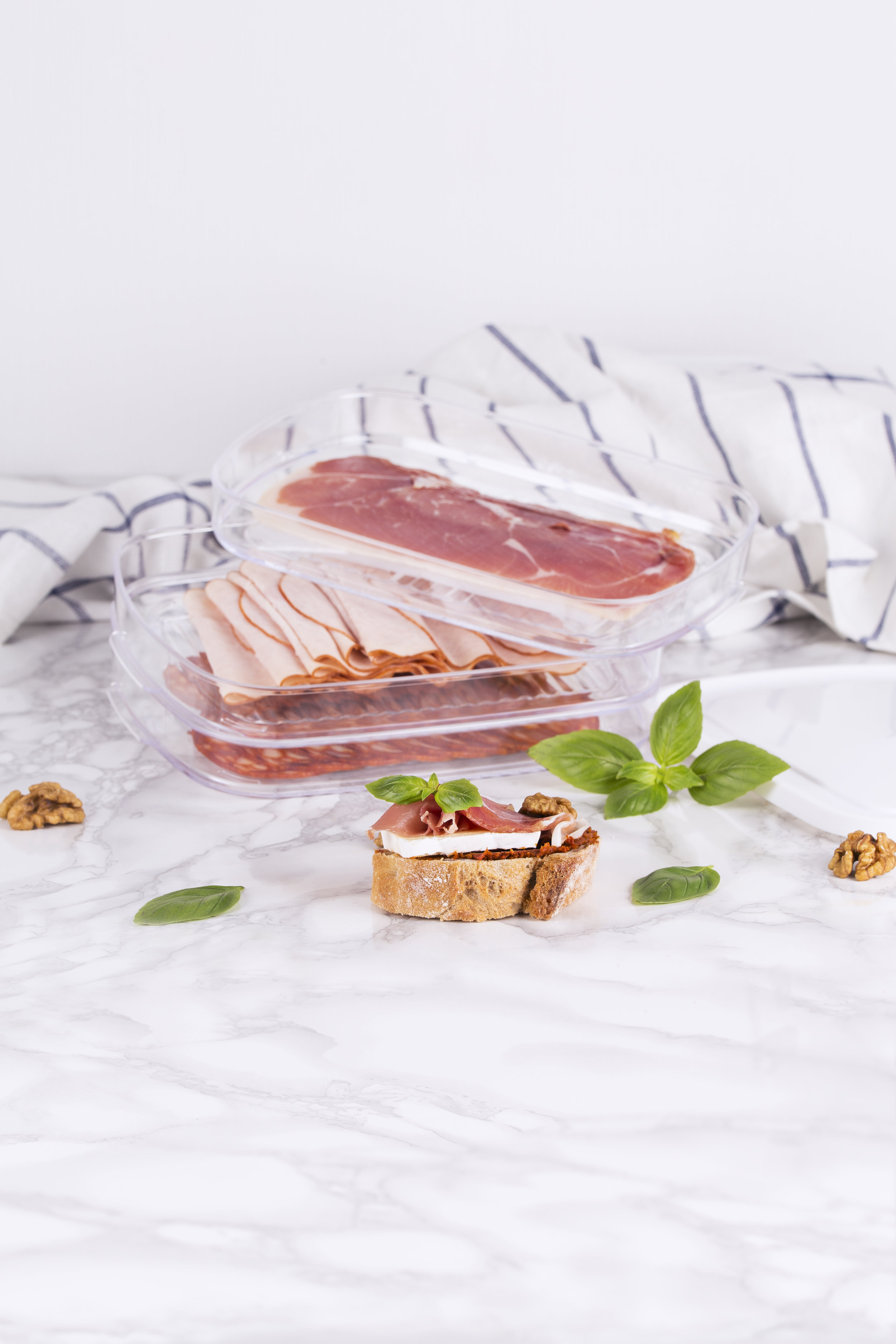 Amuse Tip - .... TIP 1 Roasted and cooked meats are not stored in the same manner. So be sure to keep them separate at all times: place them in different compartments. .. CONSEIL 1 Vous ne conservez pas de la même manière des charcuteries/viandes cuites ou grillées. Conservez-les donc toujours séparément : dans différents compartiments. .. TIP 1 Gebraden en gekookte vleeswaren bewaar je niet op dezelfde manier. Hou ze daarom altijd gescheiden: leg ze in verschillende compartimenten. .. TIPP 1 Gebratene und gekochte Fleischwaren bewahrt man unterschiedlich auf. Halten Sie sie darum immer getrennt: Legen Sie sie in verschiedene Fächer. ....