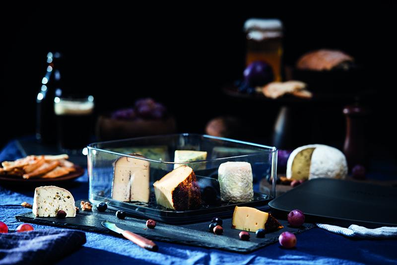 Amuse Tip - .... Planning a cheese feast? Take the cheese out of the fridge half an hour beforehand. This way, it will taste just right. Hard cheese should be stored at 11-12°C, soft cheese at 6°C. .. Vous planifiez un festin de fromages? Sortez le fromage du réfrigérateur une demi-heure à l'avance. De cette façon, le goût sera parfait. Les fromages à pâte dure doivent être conservés à 11-12°C, les fromages à pâte molle à 6°C. .. Plan je een kaasfestijn? Haal de kaas een half uur van tevoren uit de koelkast. Op deze manier zal het precies goed smaken. Harde kaas moet worden bewaard bij 11-12°C, zachte kaas bij 6°C. .. Planen Sie ein Käsefest? Nehmen Sie den Käse eine halbe Stunde vorher aus dem Kühlschrank. Auf diese Weise wird es genau richtig schmecken. Hartkäse sollte bei 11-12°C gelagert werden, Weichkäse bei 6°C. ....