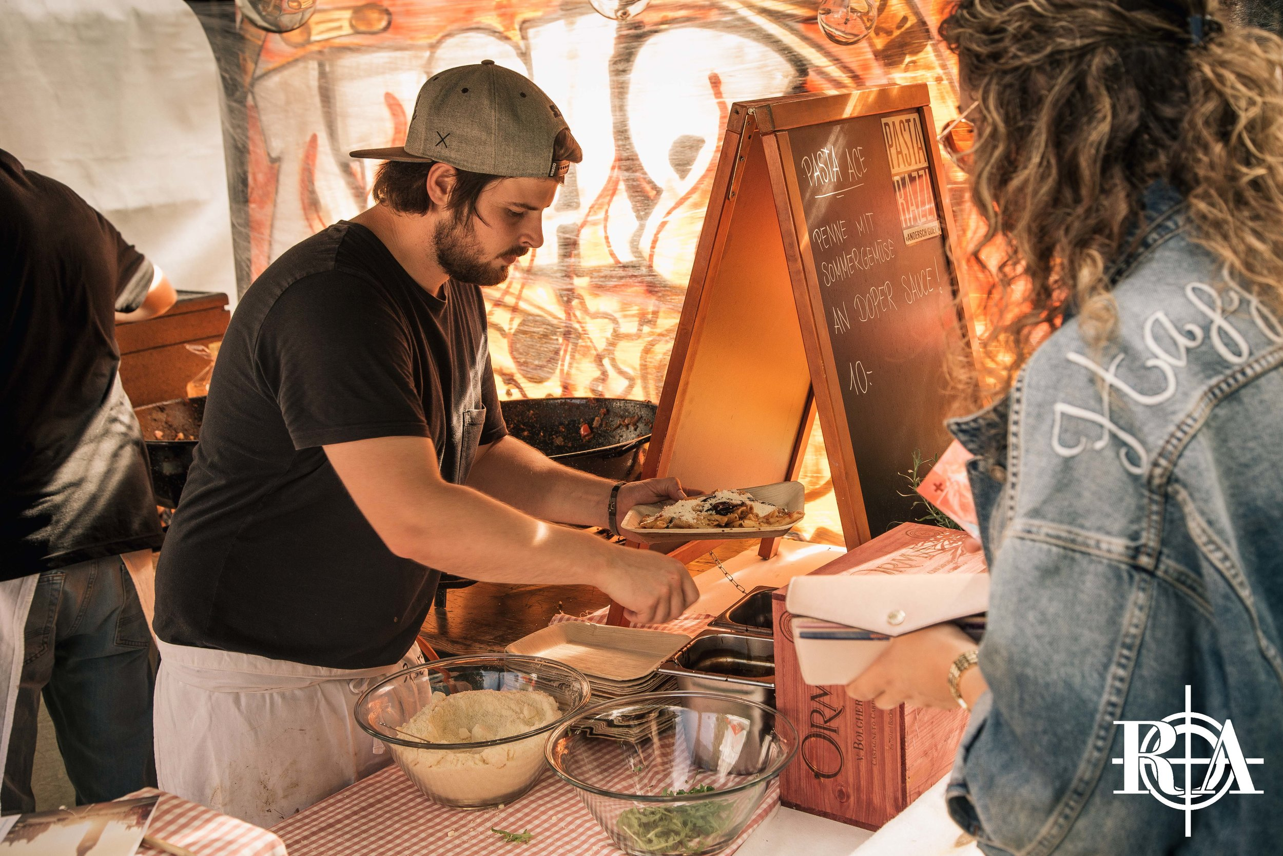 FOOD - Wem Pastarazzi und Medusa ein Name sind, der wird sich auf das Festival freuen. Dieses Jahr gibt es auf dem Landenberg nebst unserem Rapattack-Stand nämlich Pasta von Pastarazzi und Burgers von Medusa. Kommt und lasst euch von unseren lokalen Köstlichkeiten überzeugen!